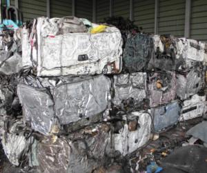 廃車から取り出したリサイクル資源の画像